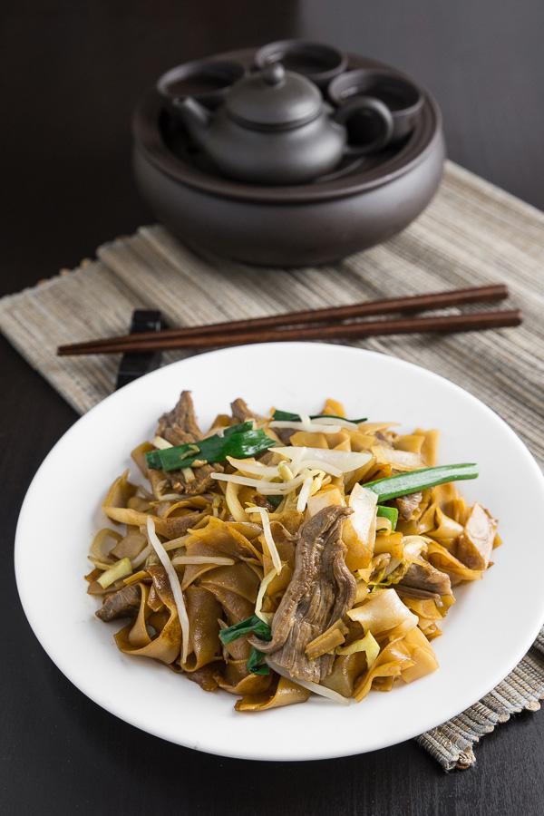 This Beef Chow Fun 乾炒牛河 may just be the rice noodle recipe you need! Forget the Chinese takeout and make this yourself at home. Easy, authentic, delicious!